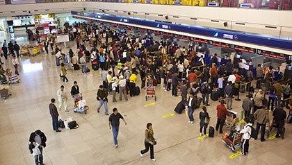 Viajeros en línea en un aeropuerto, consejos para viajar en los aeropuertos con más tráfico de Estados Unidos