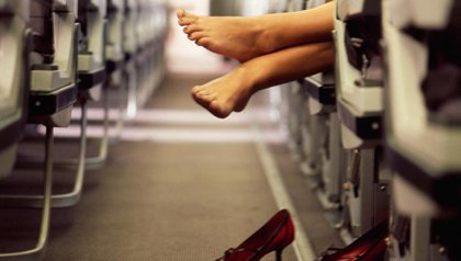 Mujer descalza en un vuelo - 10 maneras de ser bajado de un vuelo