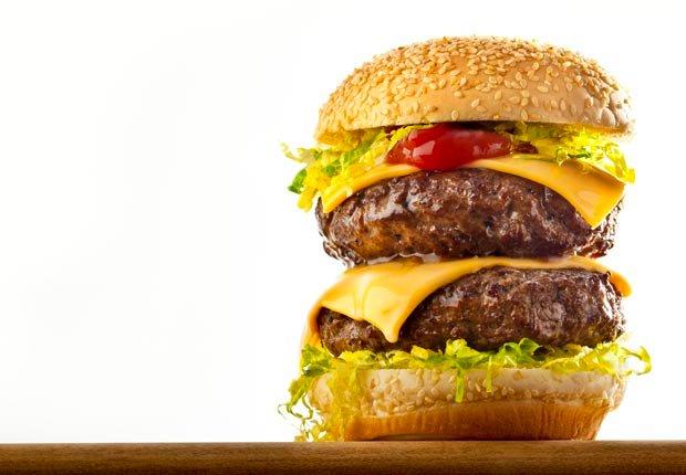 Hamburguesa de queso - 10 Alimentos que se deben evitar antes de abordar un avión