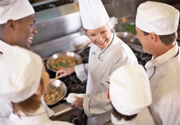 Chef haciendo una demostración a un grupo de estudiantes - Aventuras de una vez en la vida