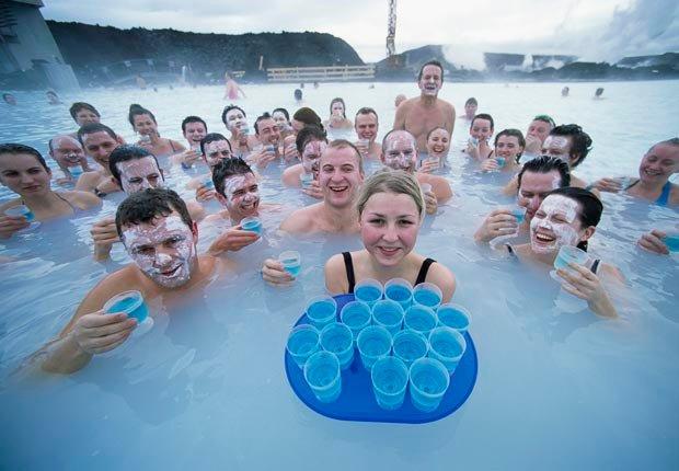 La gente se baña en Blue Lagoon, Grindavik, Islandia - Aventuras de una vez en la vida