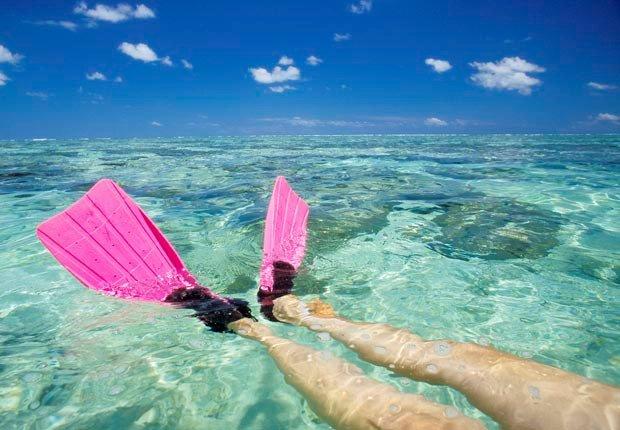 Mujer con aletas de natación en La Gran Barrera de Coral, Australia - Aventuras de una vez en la vida