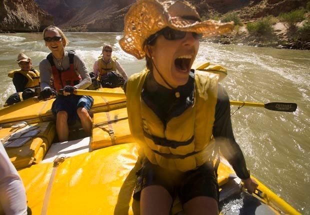La mujer grita en una balsa por el río Colorado - Aventuras de una vez en la vida