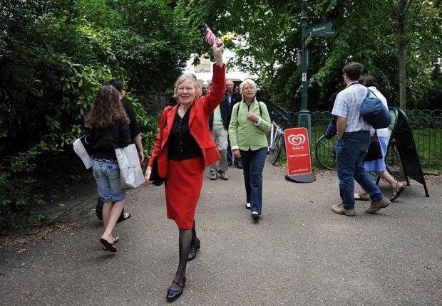Un guía lleva a los turistas en Inglaterra - Aventuras de una vez en la vida