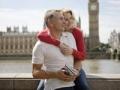Pareja en el río Támesis en Londres. Cómo ser un viajero internacional frugal.