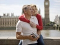 Couple in front of the River Thames in London. How to be a frugal international traveler. (Age Fotostock)