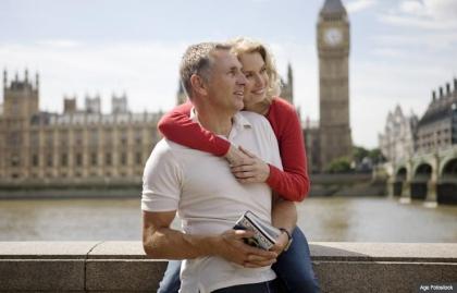 Parejae en el río TáaPareja en el río Támesis en Londres. Cómo ser un viajero internacional frugal.mesis en Londres. Cómo ser un viajero internacional frugal.