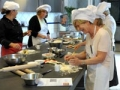 Mujeres cocinando en The International Kitchen - Vacaciones culinarias