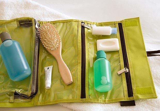 Artículos de tocador de tamaño de viaje. 6 elementos que usted debe tener en su equipaje de mano.