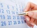 Persona marcando la fecha en un calendario - Guía para planificar un viaje en crucero