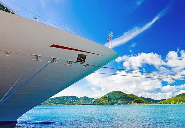 Barco anclado en un puerto - Guía para planificar un viaje en crucero