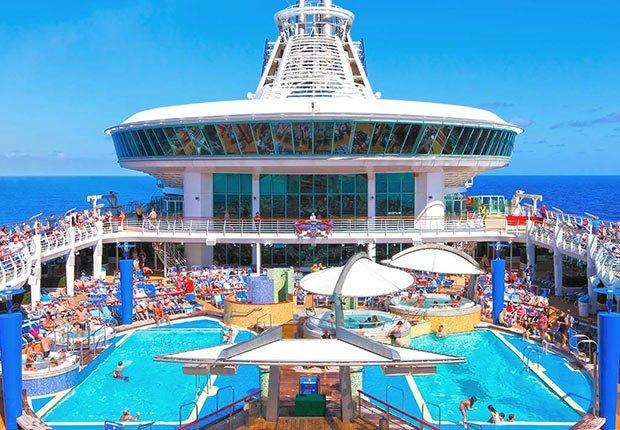 Área de piscina de un barco - Guía para planificar un viaje en crucero