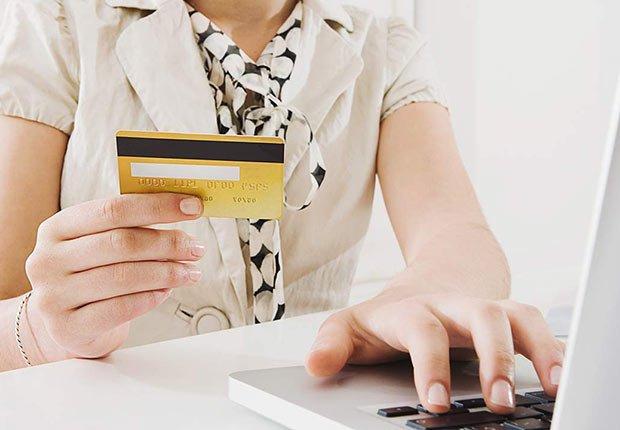 Persona pagando con tarjeta de crédito - Guía para planificar un viaje en crucero