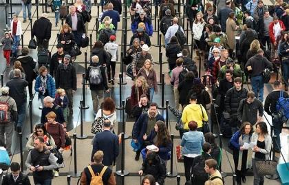 Cientos de personas transitando por un aeropuerto