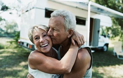 Una pareja se abraza - Guía práctica para viajar en un RV