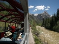 Tren avanza en medio de las montañas - Viajes en tren por espectaculares rutas del norte
