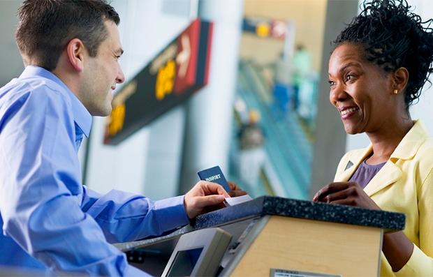 A partir del 2018 la TSA no aceptará licencias de conducir de algunos estados - Hombre presenta su pasaporte en el aeropuerto