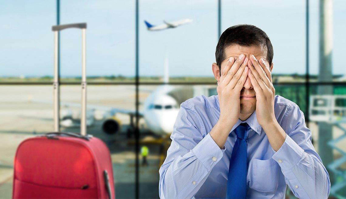 Las normas que no conocías de las aerolíneas - Hombre frustrado en un aeropuerto