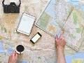 No salgas de casa sin estas aplicaciones - Persona observa un mapa sobre la mesa