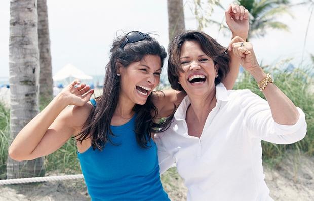 Paseos de primera para madres e hijas - Hija y madre sonríen en la playa