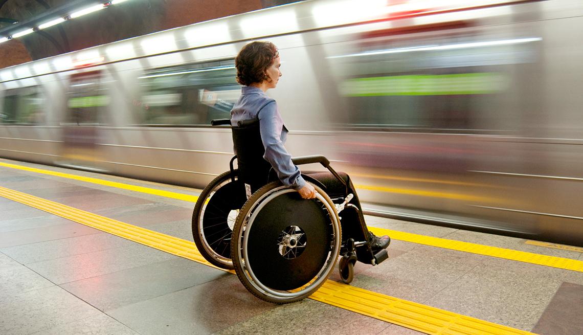Consejos para viajeros con discapacidades físicas - Mujer en silla de ruedas