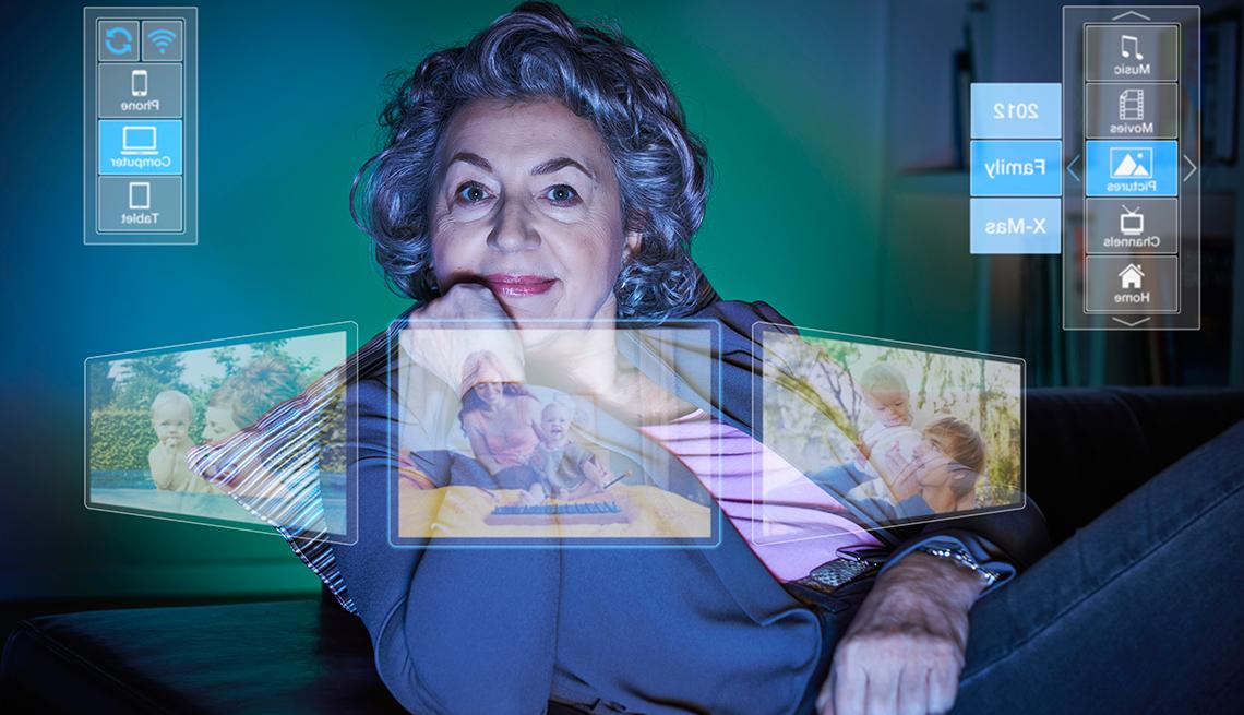 Cómo crear fácilmente álbumes de fotos en línea - Mujer viendo la pantalla de la computadora