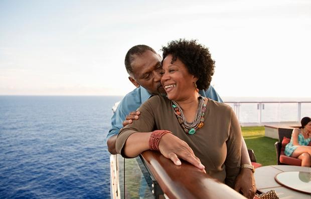 Estrategias para conseguir descuentos en viajes de último minuto - Pareja abrazada en un crucero
