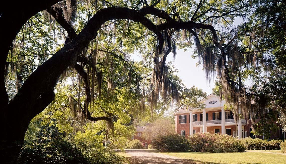 View Of An Antebellum Plantation Mansion In Natchez Mississippi, Girlfriend Getawys