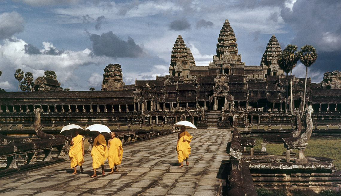 Monks Walk With Umbrellas In Angor Wat Cambodia, How To Choose A Guided Tour