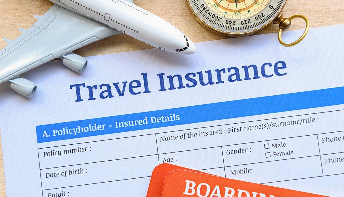 Formulario para seguro de viaje sobre una mesa.