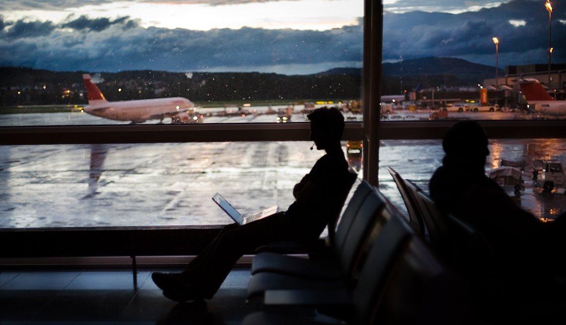 Hombre de negocios trabajando en el aeropuerto.