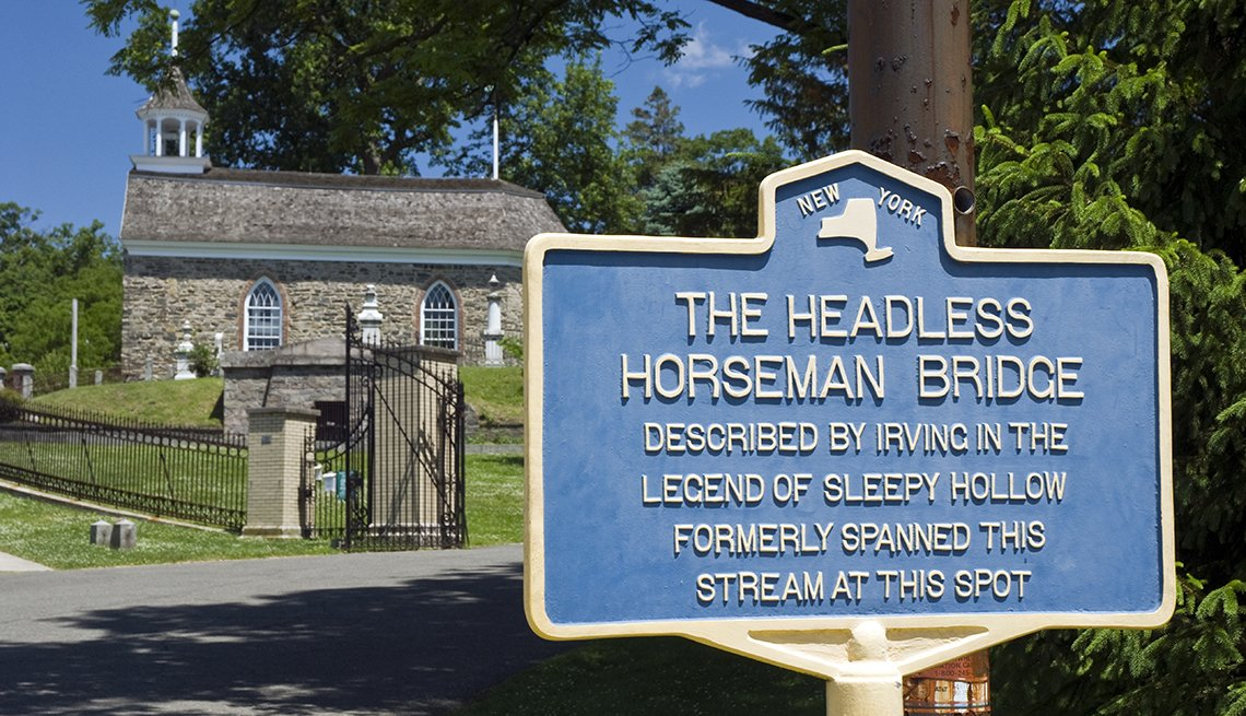 """La antigua iglesia holandesa y el sitio del """"Puente del jinete sin cabeza"""" en Sleepy Hollow, Nueva York."""