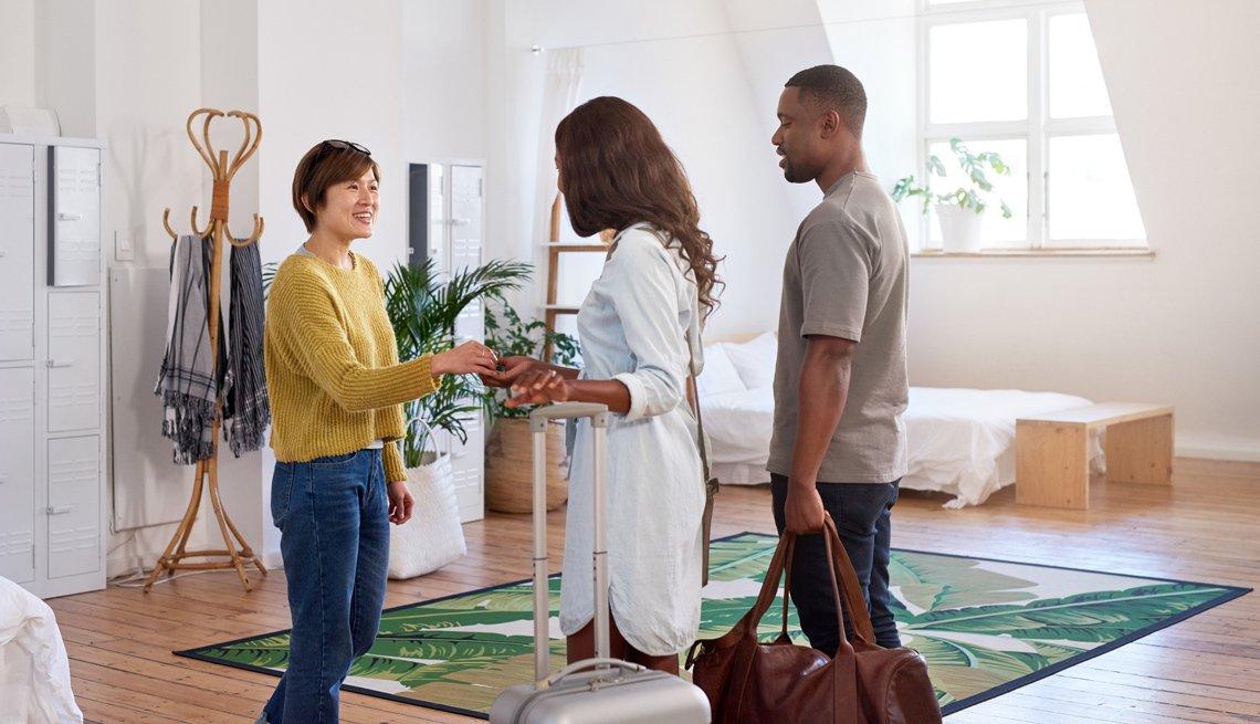 Mujer da la bienvenida a una pareja