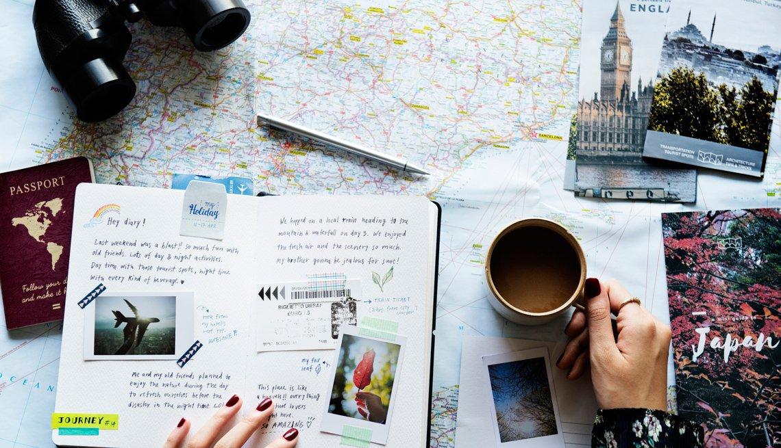 Persona toma café mientras planea su viaje