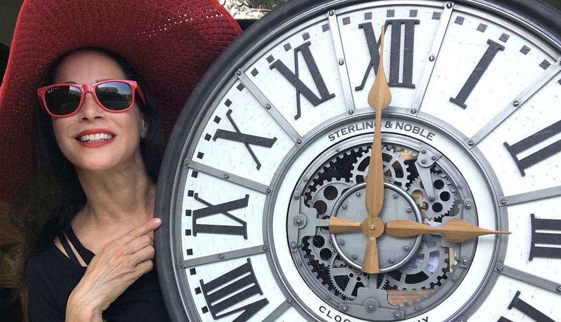 Carmen Dominicci junto a un reloj grande con manecillas