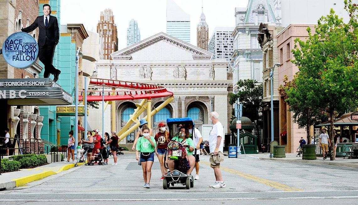 Turistas asisten al parque temático de Universal Studios el primer día de reapertura, durante la pandemia de coronavirus