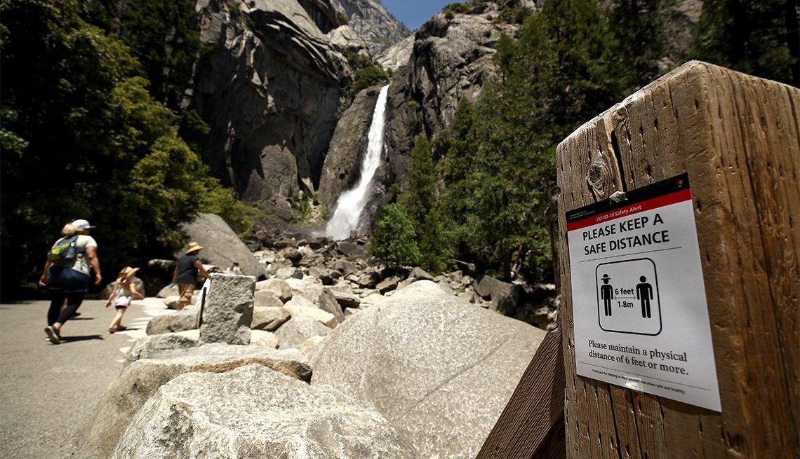 Letrero promueve el distanciamiento social en el Parque Nacional de Yosemite