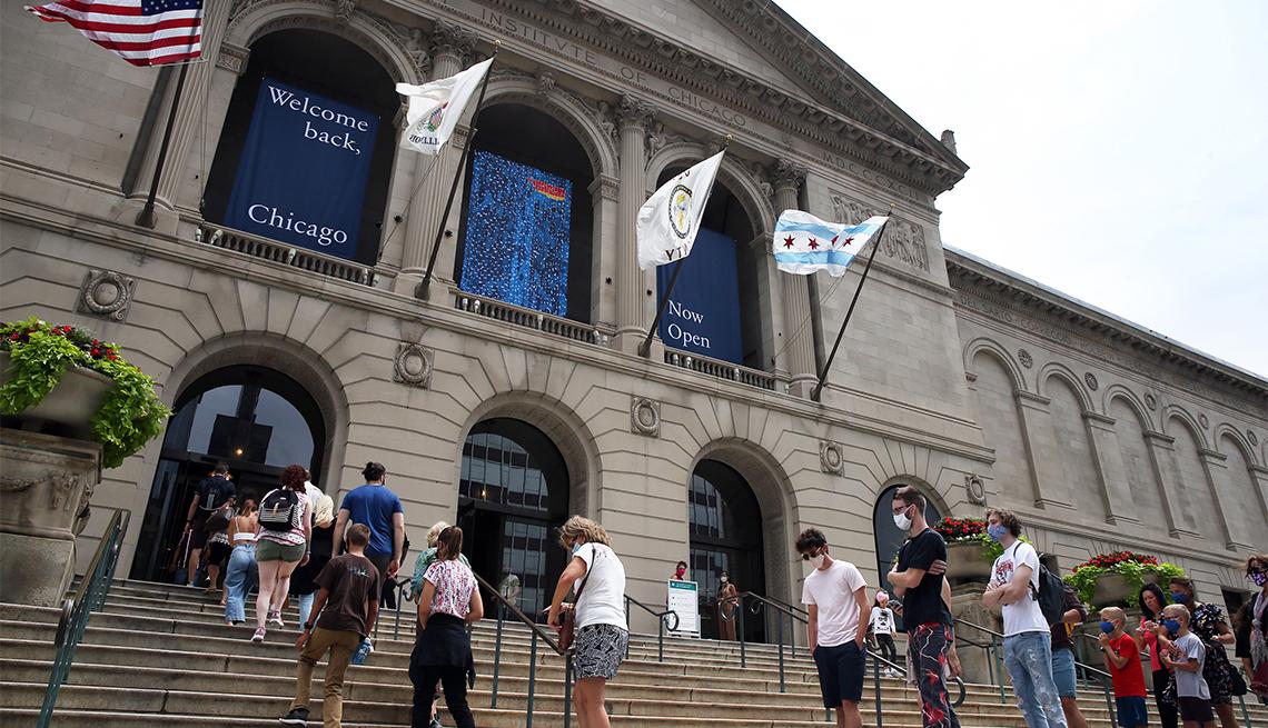Personas en las afueras del Instituto de Arte de Chicago