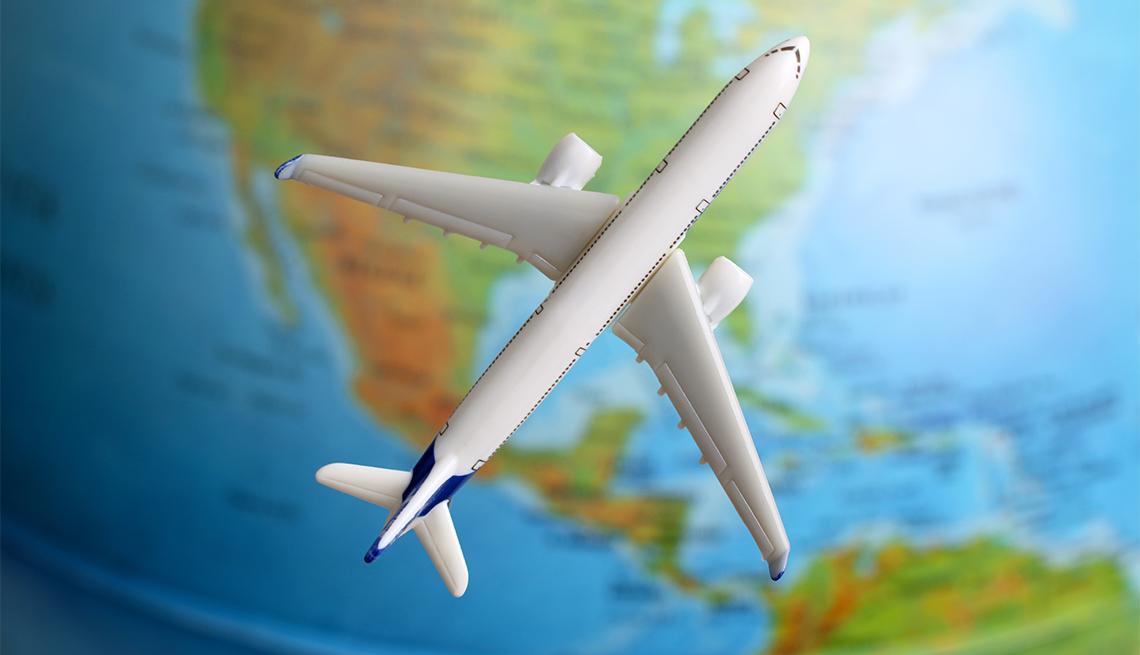 Imagen de un avión sobre un mapamundi