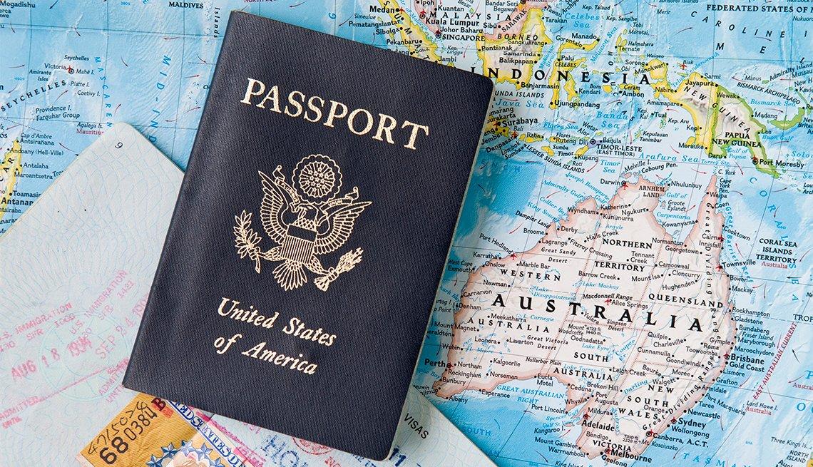 Pasaporte de Estados Unidos sobre un mapa