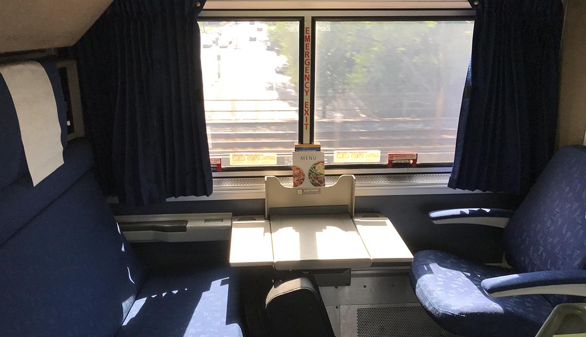 Espacio de dos sillas/habitaciones en el tren Amtrak