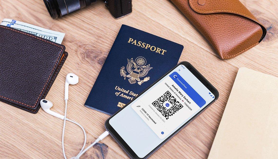 Pasaporte, billetera, lentes y teléfono sobre una mesa