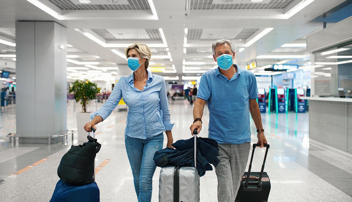 Pareja camina por un aeropuerto