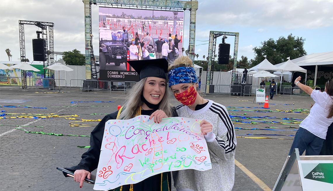Las dos hijas de Bruce Horovitz tras su graduación