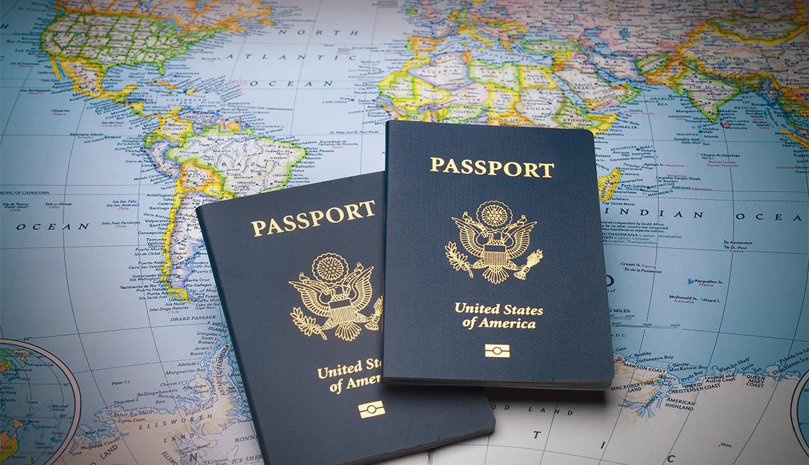 Dos pasaportes sobre un mapa del mundo