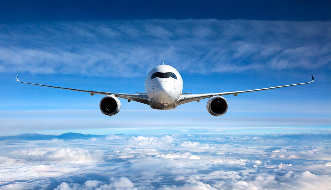 Vista frotal de un avión en pleno vuelo