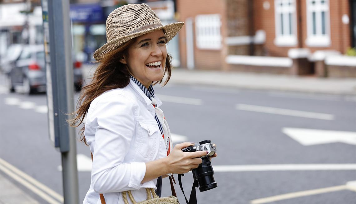Mujer camina por las calles de Londres