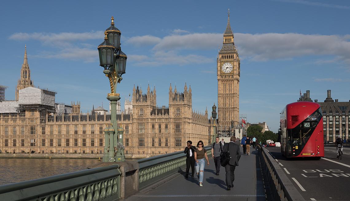 item 9 of Gallery image - Personas caminando a través del London Bridge.