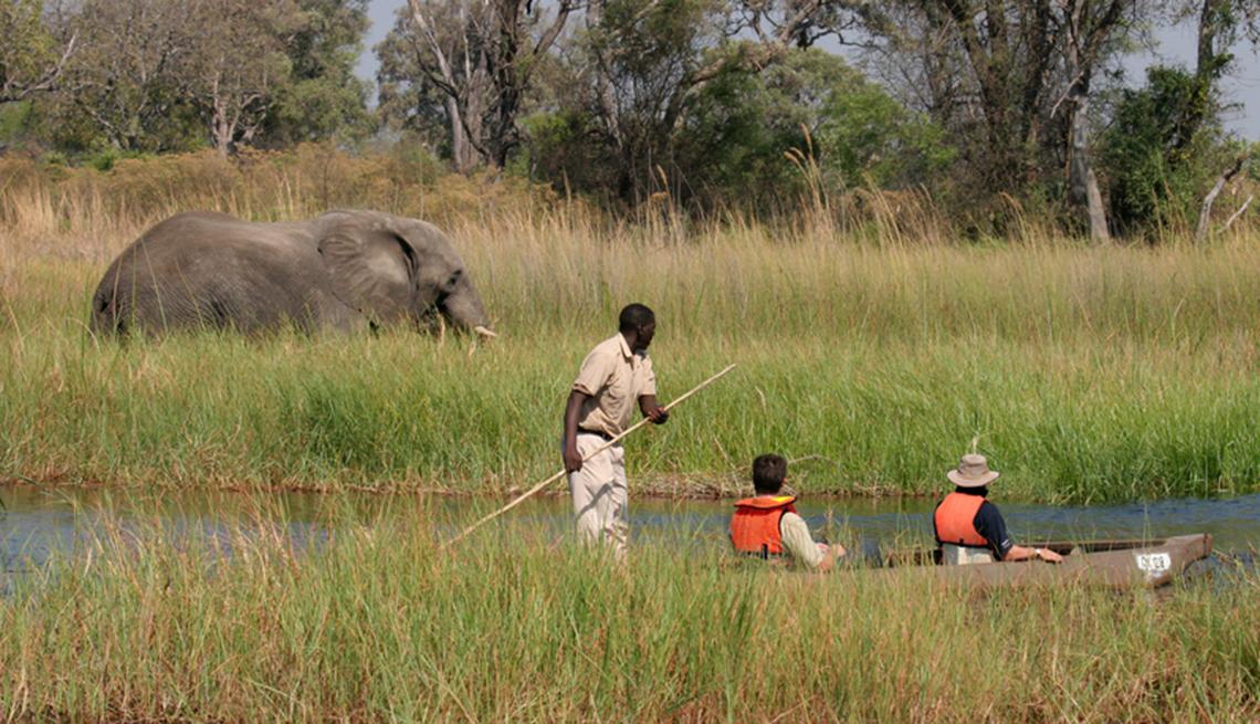 Turistas en una canoa en Botswana