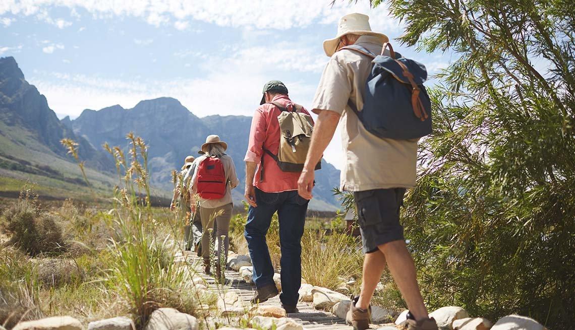 Excursionistas caminan en las montañas